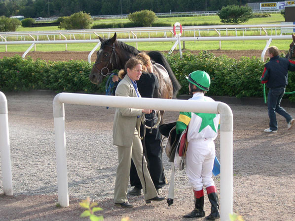 AMARILDO, with the trainer Pia Brandt and the Danish jockey Linda Bro, just after his debut (2004)